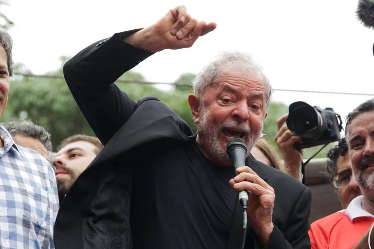 O  ex-presidente Lula discursa em frente ao Sindicato dos Metalúrgicos do ABC, em São Bernardo