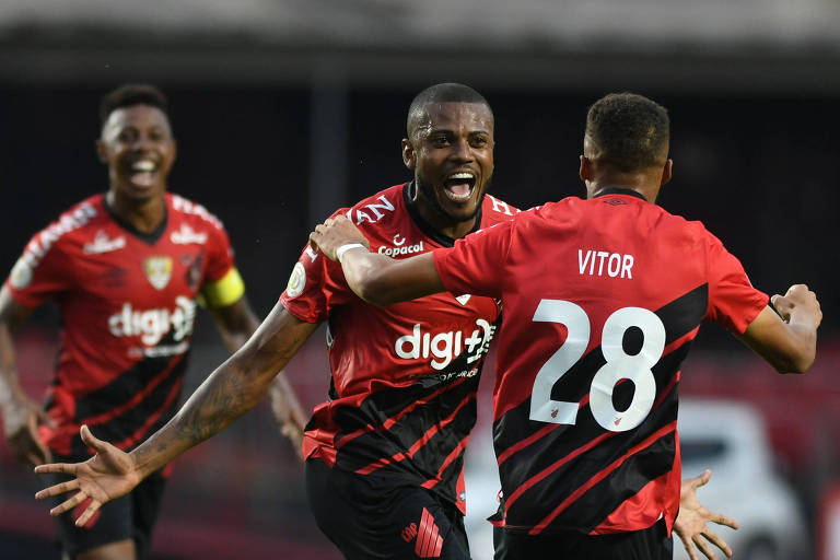 Marcelo Cirino comemora com Vitor o gol da vitória do Athletico-PR