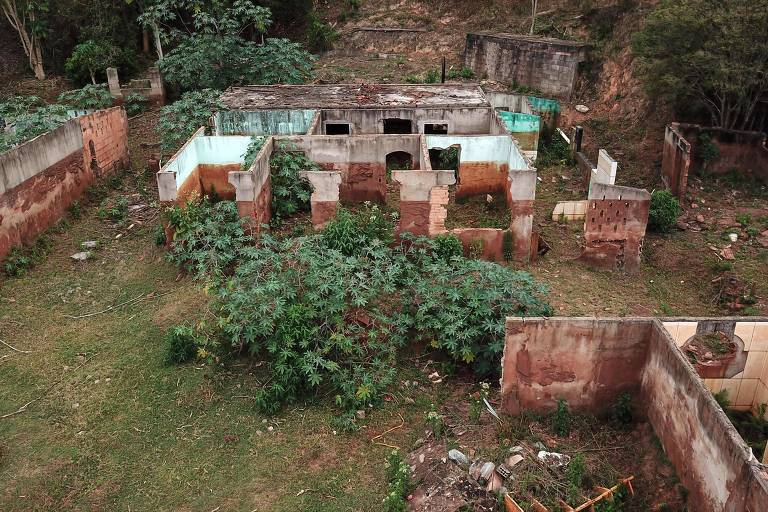 Ruínas em Paracatu de Baixo, vila atingida pela lama da Samarco