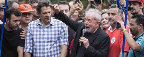 SÃO BERNARDO DO CAMPO, SP, 09.11.2019 - O ex-presidente Lula ao lado de Fernando Haddad discursa no caminhão de som em frente ao Sindicato dos Metalúrgicos, em São Bernardo do Campo, em São Paulo. (Foto: Eduardo Knapp/Folhapress)
