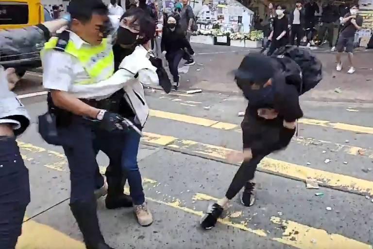 Policial atira em manifestante durante protesto em Hong Kong