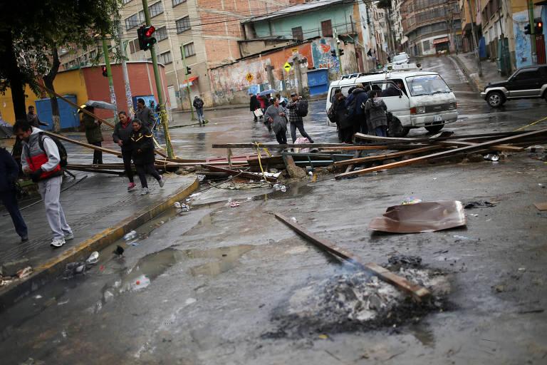 Restos de fogueiras e barricadas montadas próximo à praça Murillo, em La Paz, após anúncio de renúncia de Evo Morales