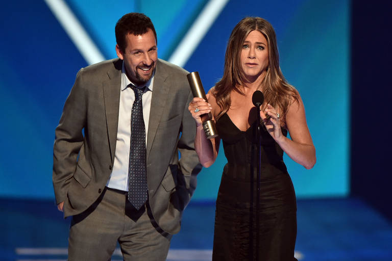 Atores Adam Sandler e Jennifer Aniston no palco do People's Choice Awards