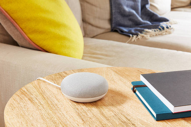 Imagem da Nest Mini, caixa de som inteligente lançada pelo Google
