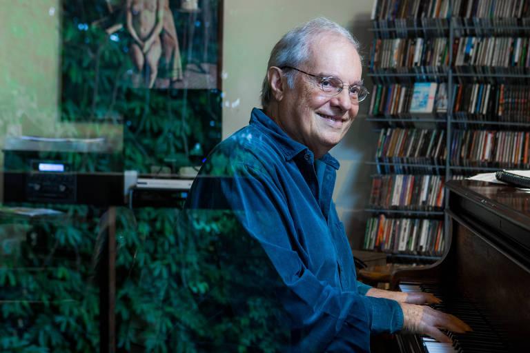 O musico Francis Hime, 80, em sua casa no bairro do Jardim Botânico, no Rio de Janeiro