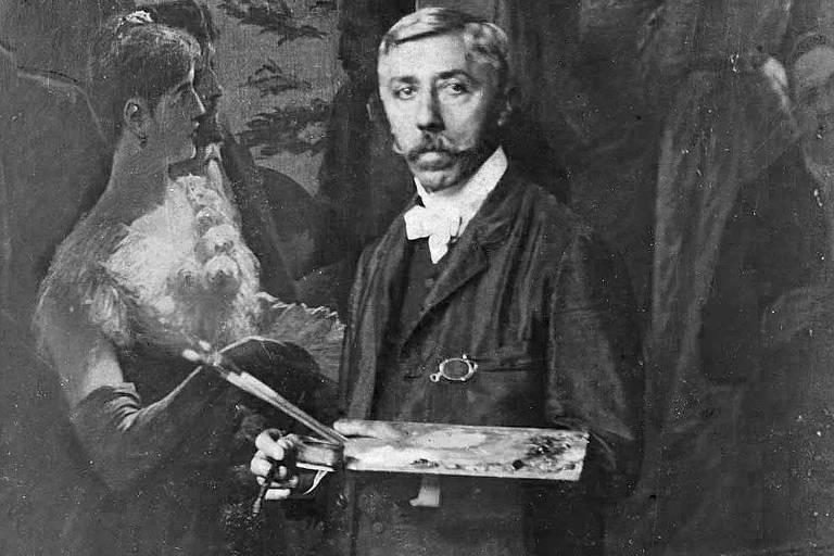 Aurélio de Figueiredo está em pé e segura instrumentos de pintura, atrás dele, um quadro traz homens e mulheres bem vestidos