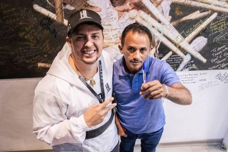 Manoel Gomes e Laércio da Costa mostram a 'Caneta Azul' do maranhense