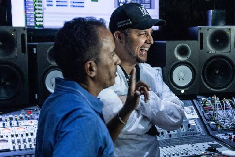 Manoel Gomes e Laércio da Costa em estúdio