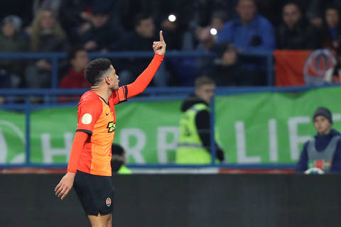 ATTENTION EDITORS - SENSITIVE MATERIAL. THIS IMAGE MAY OFFEND OR DISTURB  Soccer Football - Ukrainian Premier League - Shakhtar Donetsk v Dynamo Kiev - Metalist Stadium, Kharkiv, Ukraine - November 10, 2019. Shakhtar Donetsk's Taison raises a middle finger thrust out in an obscene gesture to Dynamo Kiev's supporters while reacting to presumed racist insults. Picture taken November 10, 2019. REUTERS/Oleksandr Osipov ORG XMIT: MOS