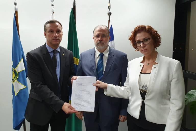 Deputados Sanderson (PSL-RS) e Carla Zambelli (PSL-SP) entregam pedido de prisão preventiva de Lula a Augusto Aras