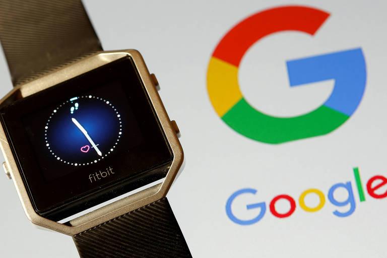 Relógio Fitbit e logo do Google; gigante adquiriu empresa de pulseiras inteligentes que captam dados de saúde há menos de duas semanas