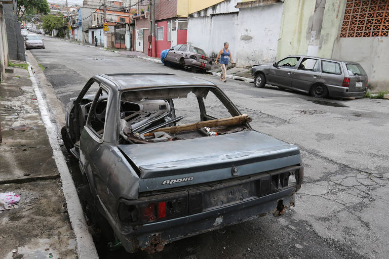 Carros são abandonados na zona oeste de São Paulo