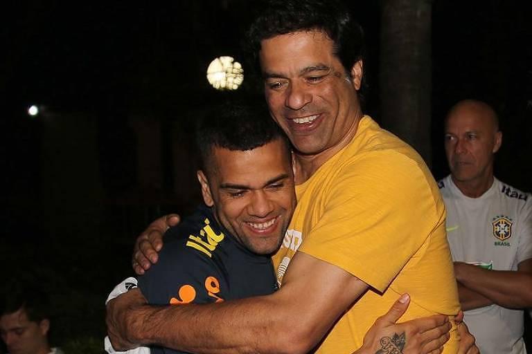 Daniel Alves encontra o diretor Raí em treino da seleção antes de acertarem a sua contratação para o São Paulo, clube no qual não está fazendo a diferença