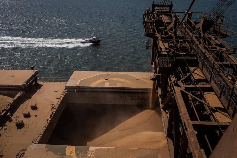 Navio carregado com soja no Porto de Paranaguá; China reduziu em 26% os gastos com a compra da oleaginosa