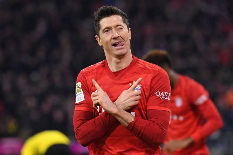 O artilheiro Lewandowski comemora um dos seus dois gols