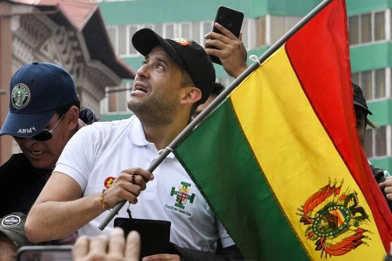 Luis Fernando Camacho, líder da oposição a Evo Morales, em manifestação após a renúncia do agora ex-presidente da Bolívia
