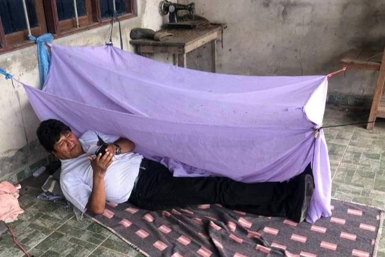 Evo Morales deitado em local onde, segundo ele mesmo contou nas redes sociais, teria dormido na primeira noite após a renúncia