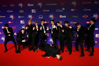 Membros de banda de K-pop Wanna One durante premiação em Hong Kong em 2017