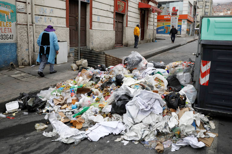 Lixo revirado após protestos ocorridos na noite de segunda (11) em Laz Paz após o ex-presidente Evo Morales deixar o país