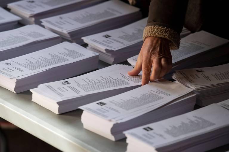 Mulher prepara cédulas de votação em Barcelona