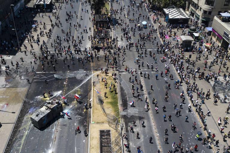 Polícia tenta dispersar manifestantes com jato de água no Chile; veja fotos de hoje