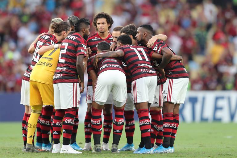 Jogadores do Flamengo em partida contra o Bahia no Campeonato Brasileiro