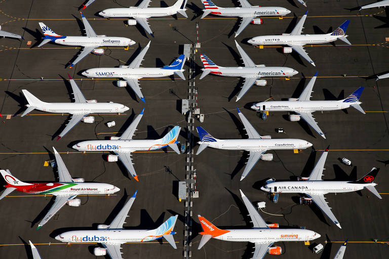 Aviões do modelo 737 MAX da Boeing são vistos em um estacionamento da própria companhia, enfileirados.