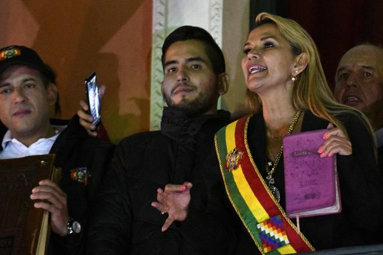 Jeanine Añez discursa a partir do balcão do Palácio Quemado, sede do governo, boliviano, em La Paz