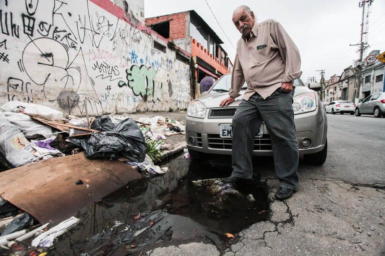 O metalúrgico Hélio Amaral Naves reclama que precisa fazer reparos constantes em seu carro por causa dos buracos; ele pede solução para o caso