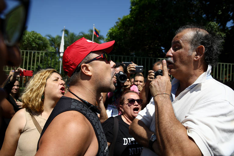 Apoiador de Guaidó (de branco) debate com militantes que defendem Maduro