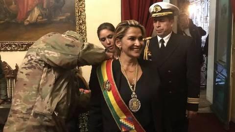 Jeanine Añez Chávez, que se declarou presidente interina da Bolívia, recebe faixa presidencial de um militar