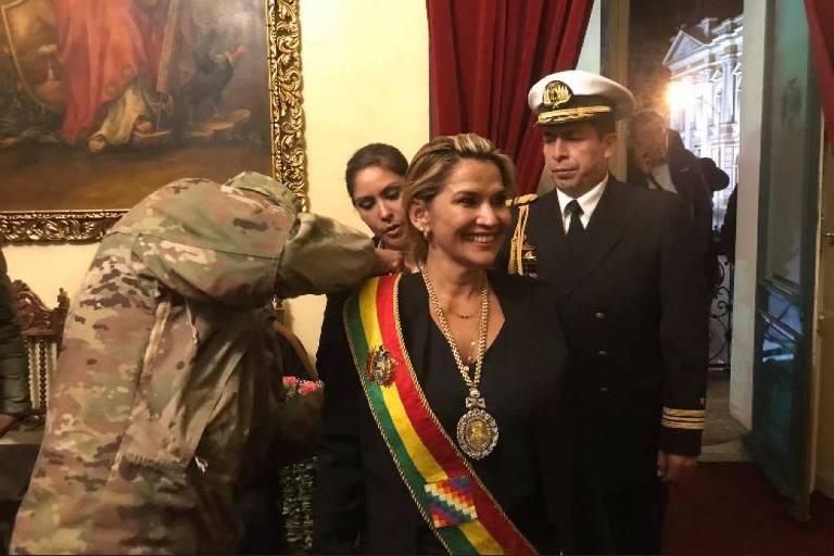 Militar ajeita faixa presidencial na presidente autodeclarada da Bolívia, Janine Aiñez