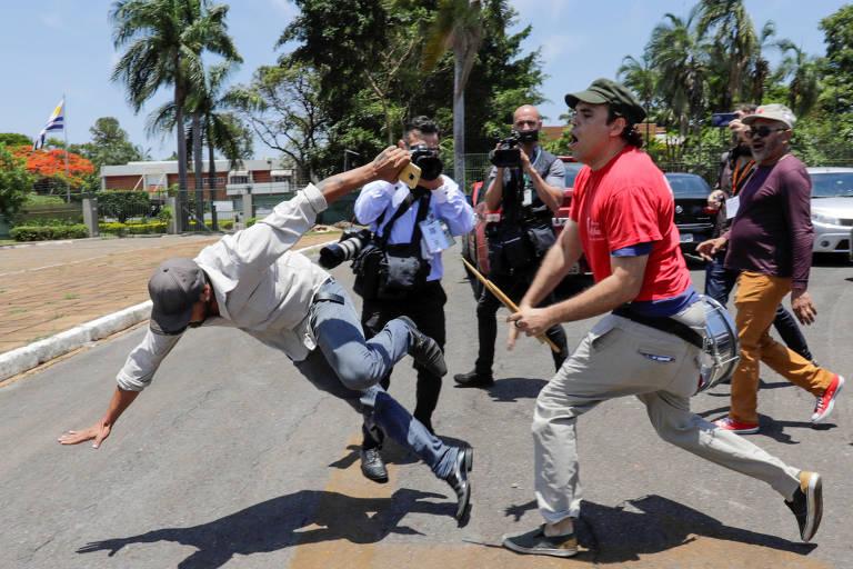 Apoiadores de Nicolás Maduro e Juan Guaidó entram em confronto do lado de fora da embaixada venezuelana em Brasília