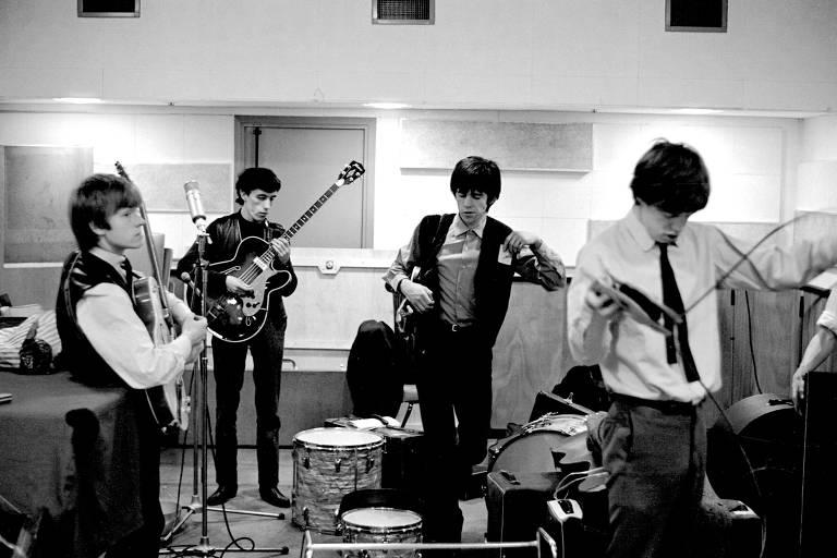 Brian Jones, Bill Wyman, Keith Richards e Mick Jagger dos Rolling Stones são vistos nos estúdios de gravação De Lane Lea em 1963