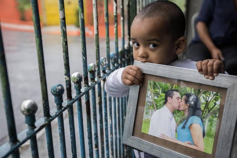Lorenzo, filho de Sidney Sylvestre Vieira, com uma foto dos pais