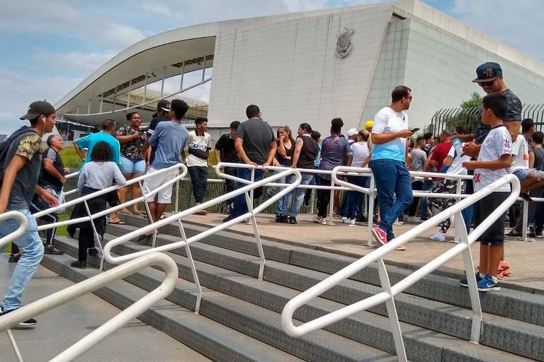 Fila de torcedores do lado de fora da Arena Corinthians para a compra de ingressos da final do Pualista