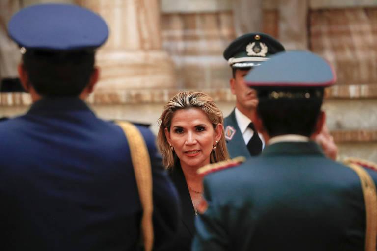 A autoproclamada presidente interina da Bolívia, Jeanine Añez, em cerimônia com membros das Forças Armadas na sede do governo, em La Paz