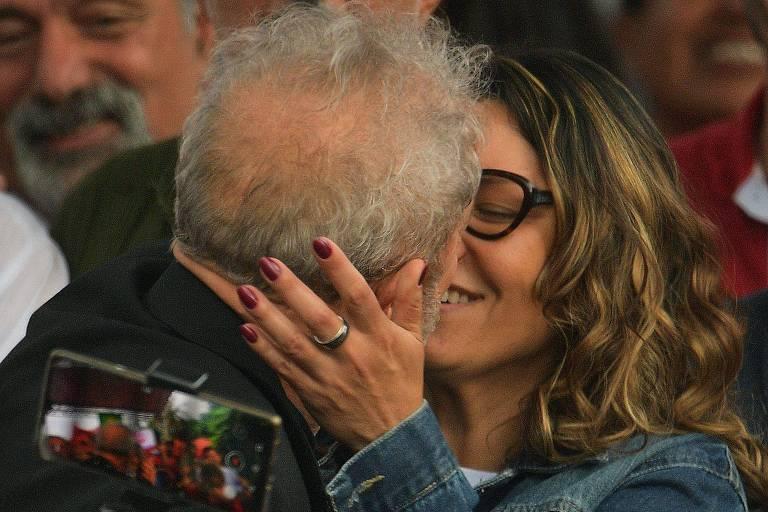 Lula beija a namorada, a socióloga Rosangela da Silva, durante discurso feito em Curitiba na última sexta (8)