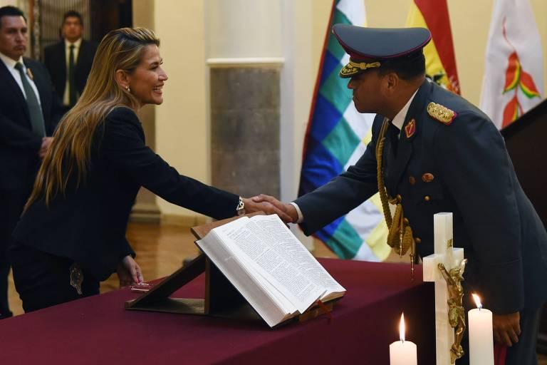 Añez cumprimenta o general Carlos Orellana