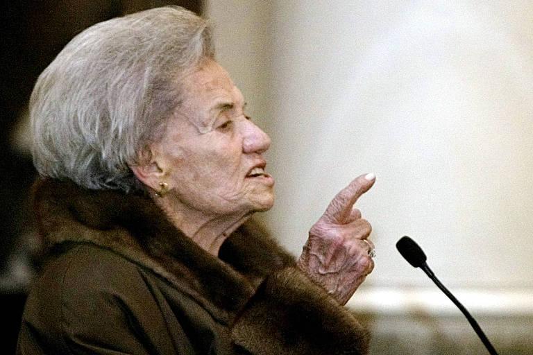 A ex-presidente da Bolívia Lidia Gueiler discursa durante cerimônia no palácio presidencial, em La Paz