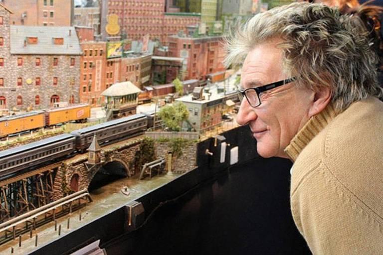 Rod Stewart mostra mini-cidade construída por ele durante 26 anos em seu sótão