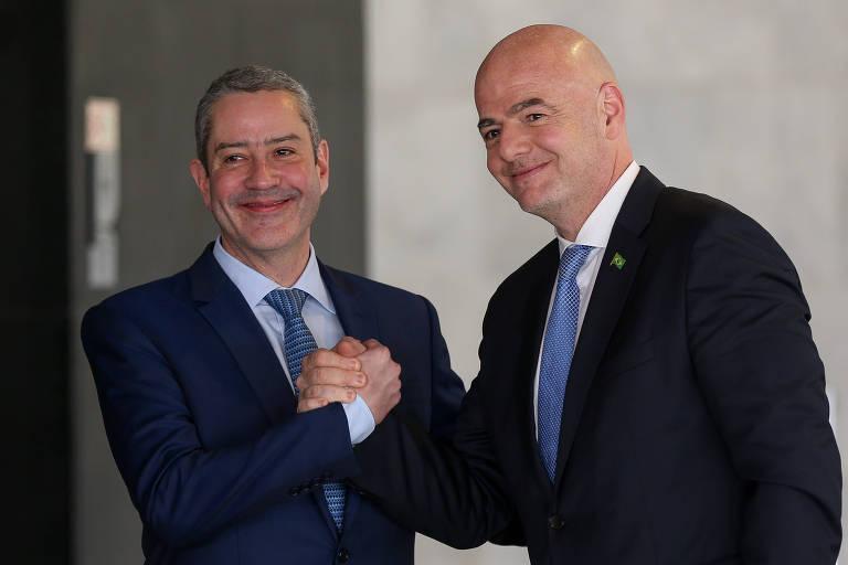 O presidente da Fifa, Gianni Infantino (à dir.), e o mandatário da CBF, Rogério Caboclo; quem manda no futebol mundial é a elite branca