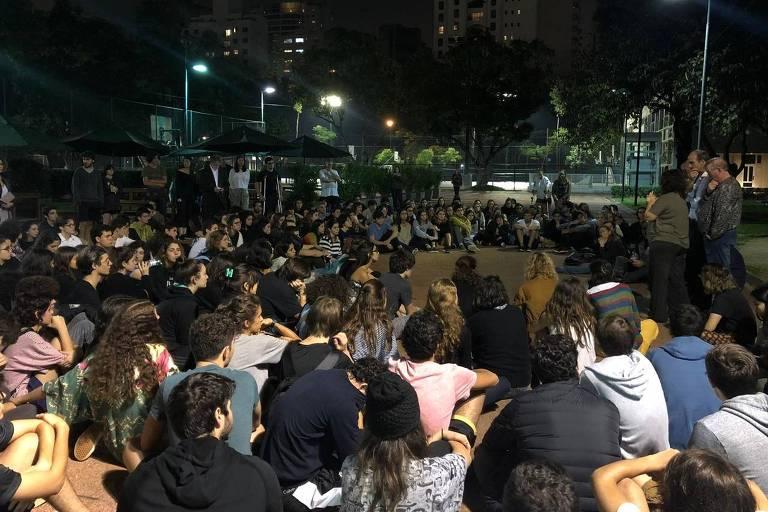 Centenas de alunos, professores e pais de alunos do Colégio Santa Cruz se reuniram na instituição à noite