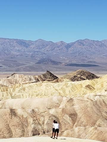 Zabriskie Point, formação rochosa de coloração dourada, no Death Valley