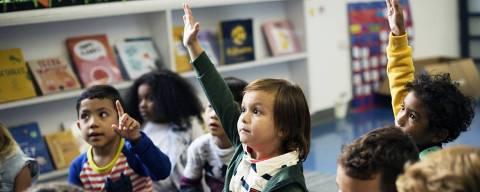 Para especialistas em educação, escolas enlatam os alunos