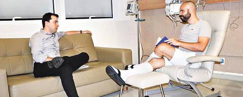 O prefeito Bruno Covas recebe a visita do secretário da educação Bruno Caetano no Hospital Sírio-Libanês.   Credito:Bruno Covas no Instagram