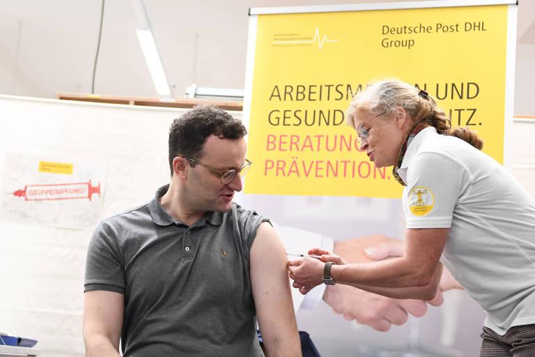 O ministro da Saúde alemão, Jens Spahn, recebe vacina contra a gripe em outubro de 2019