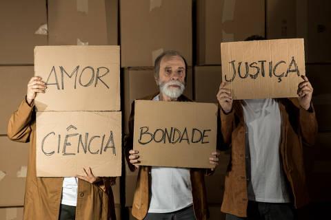 Renato Borghi, Elcio Nogueira Seixas e Georgette Fadel em cena de 'O que Mantém um Homem Vivo?'