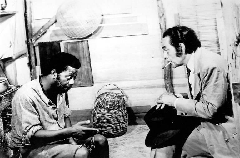 Os atores Milton Gonçalves (à esq.) e Paulo Gracindo em cena do filme documentário 'A Negação do Brasil', de Joel Zito de Araújo