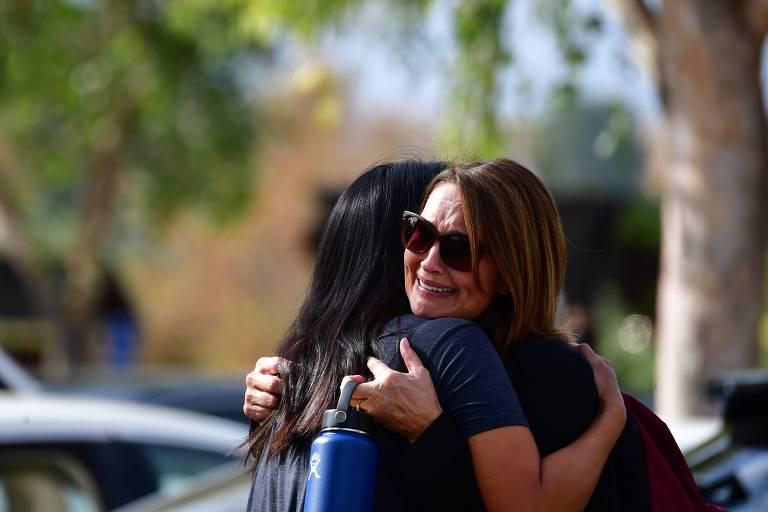 Mulheres se abraçam após ataque a tiros na escola Saugus, em Santa Clarita, na Califórnia